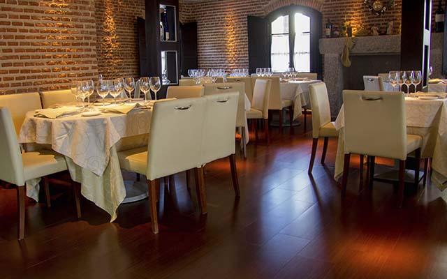 Vista de la sala del restaurante con la chimenea de fondo