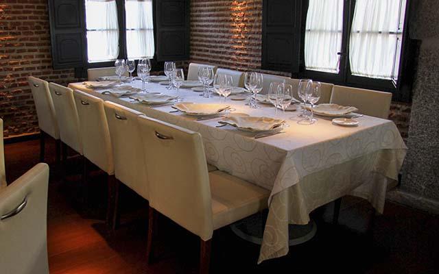 Mesa para 10 en la sala del restaurante