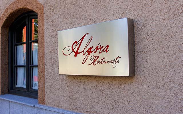 Rotulo del restaurante en la entrada